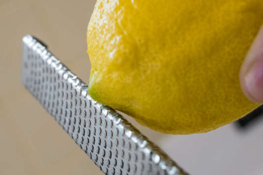 La Microplane peut même atteindre le zeste sur la pointe du citron.
