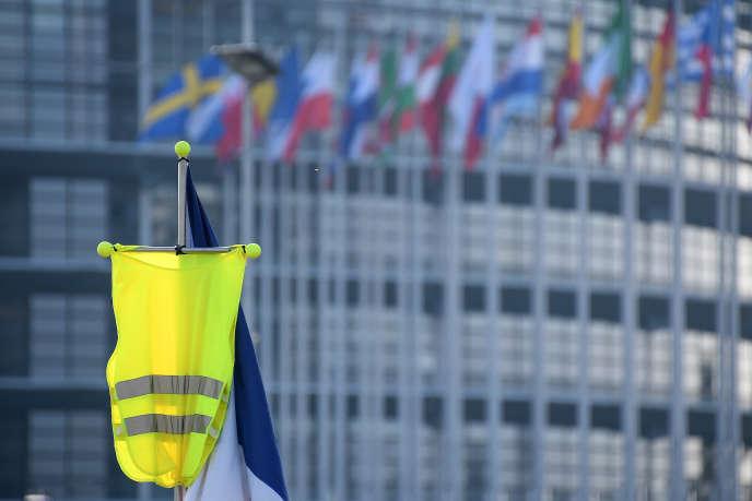 Un gilet jaune brandi devant le Parlement européen de Strasbourg (Bas-Rhin), le 2 février.