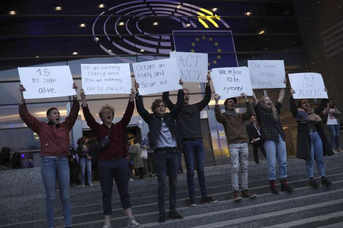 De jeunes écologistes devant le Parlement européen de Bruxelles (Belgique), le jour des élections européennes, le 26 mai.