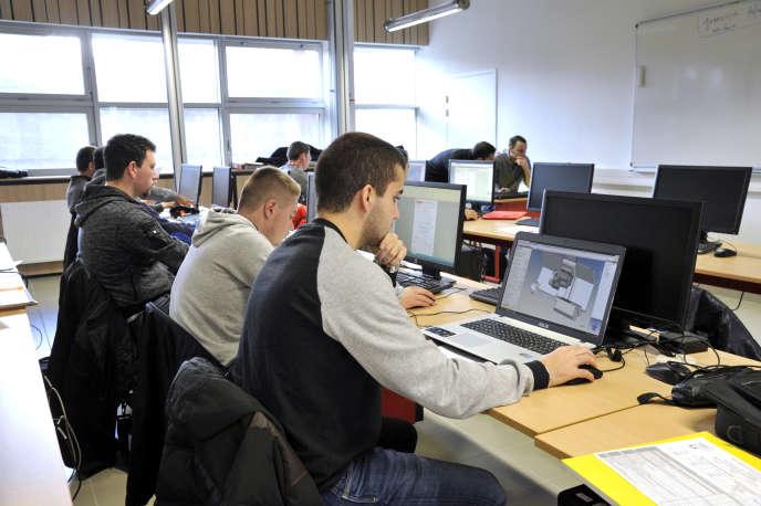«En France, les lycées professionnels accueillent 665000 lycéens et lycéennes qui viennent y préparer, dès l'âge de 14-15ans, un CAP en deux ans ou un baccalauréat professionnel en trois années. »
