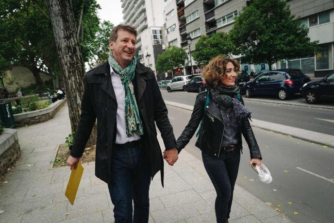 Yannick Jadot et sa compagne,Isabelle Saporta, arriventau Hang'art, dans le 19e arrondissement de Paris, avant l'annonce des résultats pour la soirée électorale du groupe Europe Ecologie-Les Verts le dimanche 26 mai 2019.