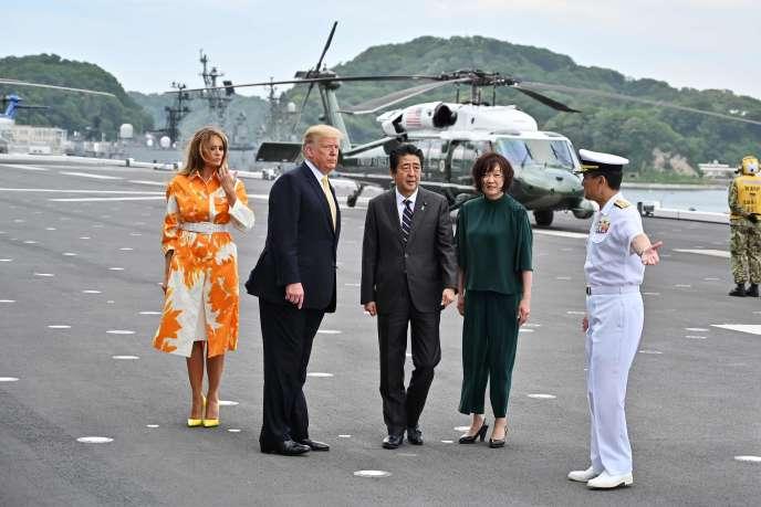 Le président des États-Unis, Donald Trump, et son épouse Melania, ainsi que le Premier ministre japonais Shinzo Abe et son épouse, arrivent le 28 mai 2019 à bord du porte-hélicoptère DDH-184 Kaga à la base militaire de Yokosuka, au Japon.