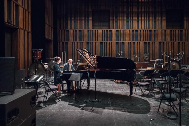 Le compositeur Helmut Lachenmann et Emmanuelle Fleurot (piano) en répétition du concert final du festival ManiFeste 2018, à l'Ircam.