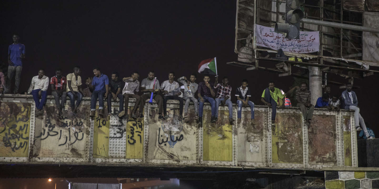 Khartoum, Soudan, le 24 mai 2019  Pendant que la négociation entre les dirigeants du mouvement de contestation et les représentants du conseil militaire est bloquée par question de la composition du futur organe de gouvernement, un conseil souverain d'une durée de trois ans, la protestation populaire continue son sit-in aux abords du quartier général de l'armée, au centre de Khartoum.  Sur la