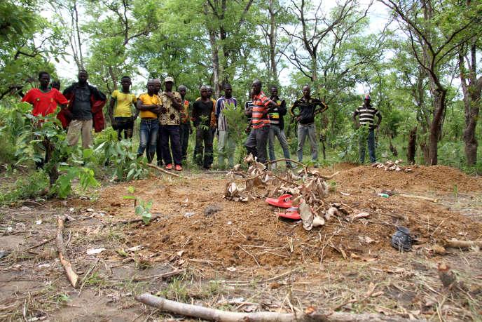 A Koundjili, on a déposé des objets usuels des défunts, comme une paire de chaussures,sur les tombes des victimes du massacre.