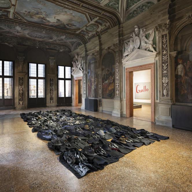 Sans titre (2011) de Jannis Kounellis, manteaux, chapeaux et chaussures, et Sans titre (Giallo) (1965), de Jannis Kounellis, huile sur toile.