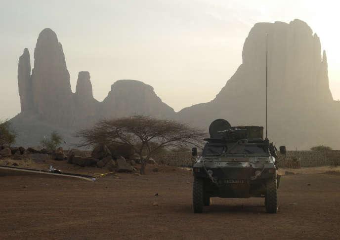 Un véhicule blindé de la force « Barkhane» antidjihadiste française, près des monts Hombori, dans le centre du Mali, en mars 2019.