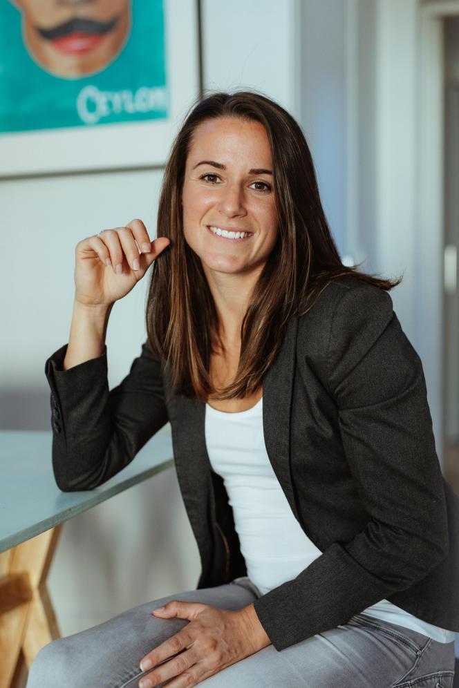 Mélissa Plazaest une ex-joueuse professionnelle de football. Diplômée d'un doctorat en psychologie du sport, elle estspécialiste de la question des stéréotypes de genre.
