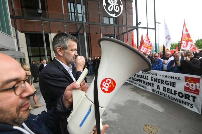Le directeur de General Electric France, Antoine Peyratout, s'adresse aux employés et aux syndicats devant l'usine de Belfort, le 21 mai.