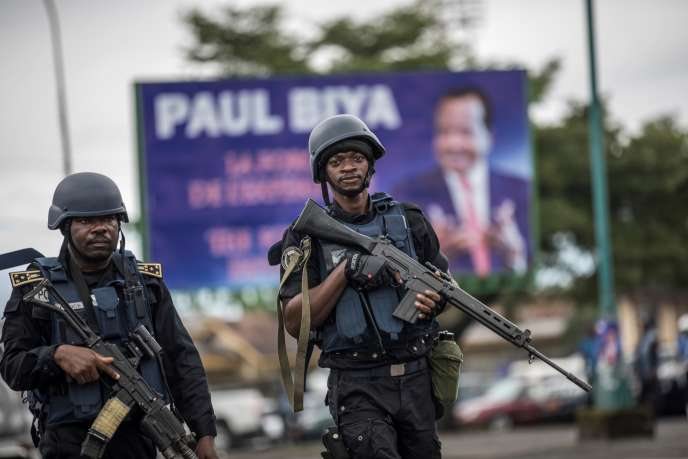 Des policiers patrouillent à Buea, dans la région anglophone du Sud-Ouest, au Cameroun, le 3octobre 2018.