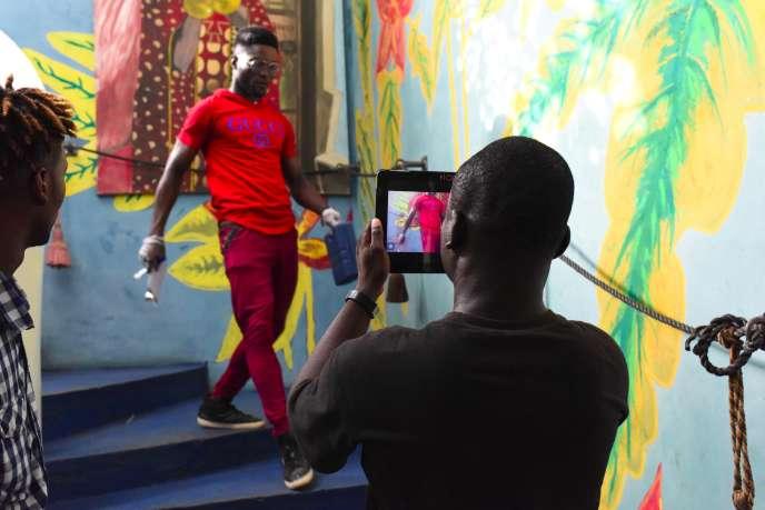 Tournage lors de la 2e édition du Bushman Film Festival, le premier festival africain du court-métrage réalisé avec des smartphones en Côte d'Ivoire, à Abidjan, le 30 mars 2019.