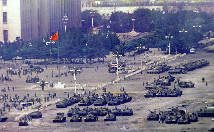 Des chars chinois, à Pékin, le 5 juin 1989, au lendemain du massacre de la place Tiananmen.