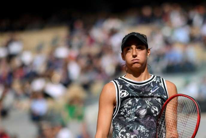 Caroline Garcia quitte le court Philippe-Chatrier, et donc le tournoi de Roland-Garros, dès le deuxième tour, le 30 mai, à Paris.