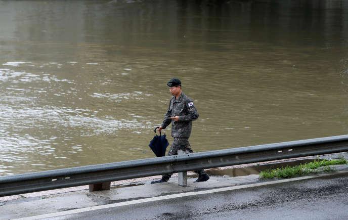 Un militaire sud-coréen participe aux opérations, jeudi 30 mai à Budapest.