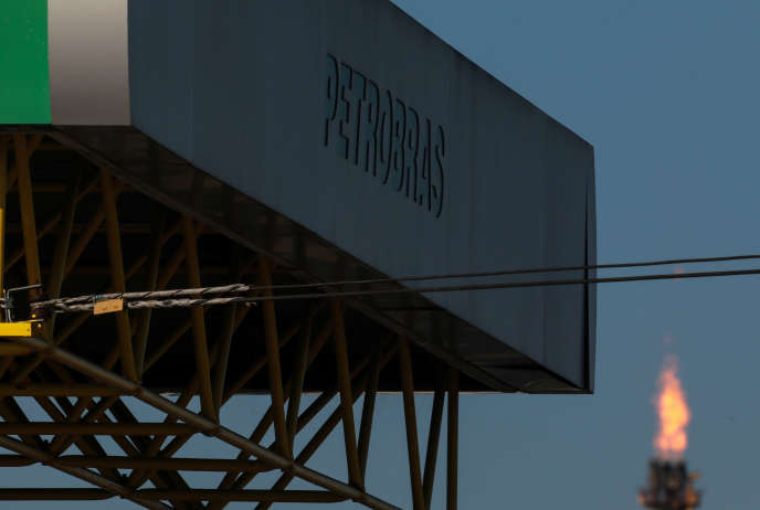 LogoPetrobras, dans une raffinerie à Canoas, au Brésil, le 2 mai.