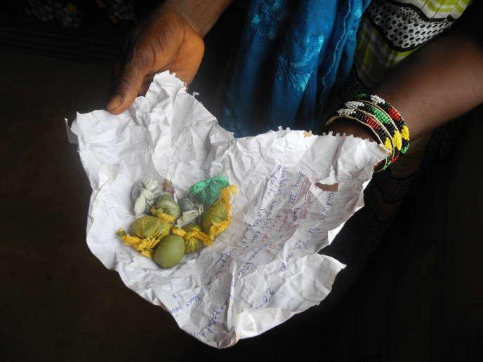 Les sachets de «tabac» sont vendus en cachette à Sédhiou, une petite ville de Casamance (Sénégal).