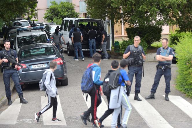 Opération de police aux abords du domicile du suspect, à Oullins près de Lyon, le 27 mai.