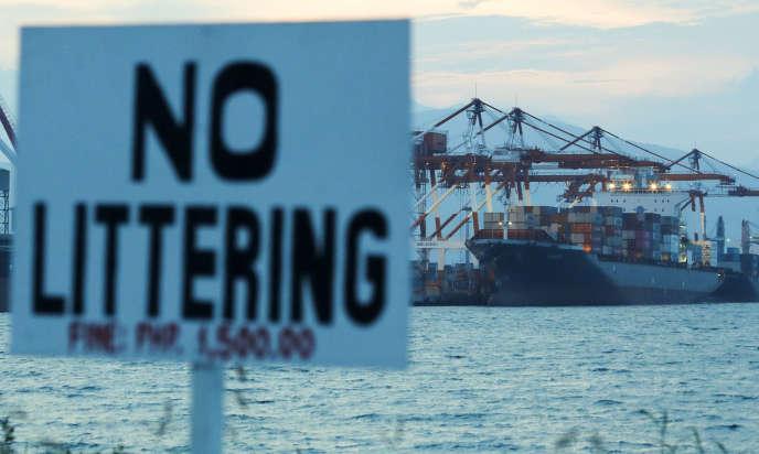 A Subic Bay, un port situé au nord-ouest de Manille (Philippines), le cargo chargé de ramasser et retourner 69 conteneurs de déchets canadiens qui, selon le gouvernement philippin, ont été expédiés illégalement dans son pays il y a des années.« Pas de déchets», peut-on lire sur la pancarte.