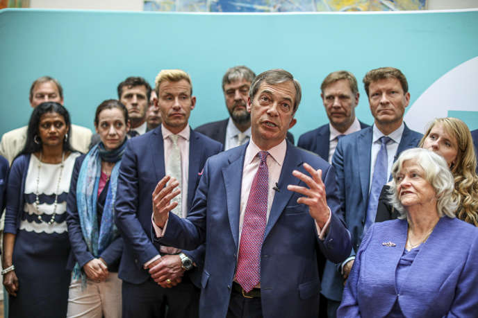 Nigel Farage, au centre, et des eurodéputés du Parti du Brexit, à Londres (Royaume-Uni), le 27 mai.
