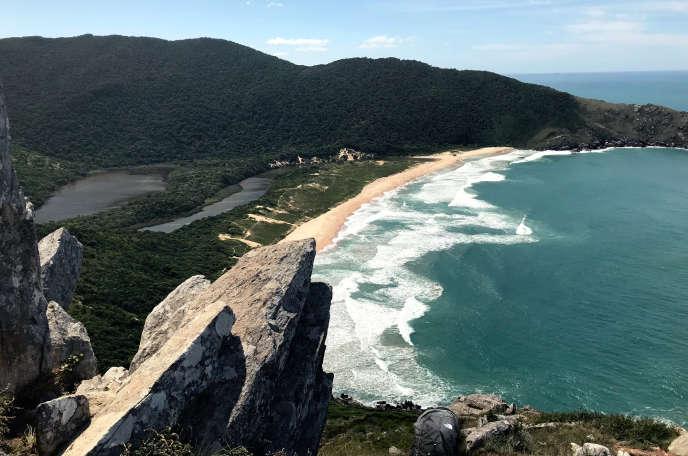 Une photographie de la Praia da Lagoinha do Leste, au sud du Brésil. Un sac de la marque The North Face figure en bas du cliché, posté pendant plusieurs semaines sur la page Wikipedia du lieu.