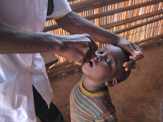 Un enfant est vacciné contre la polio dans la région camerounaise du Nord-Ouest, en février 2015.