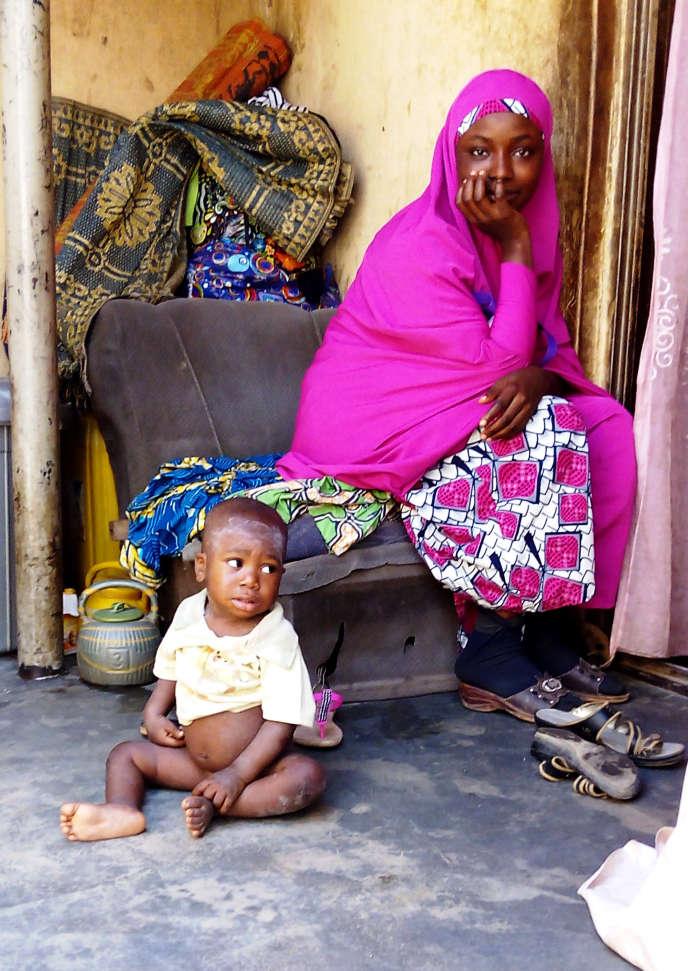 Une mère et son enfant de 2ans à Kaduna, au Nigeria, en novembre 2015.