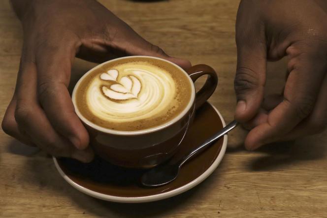 A Medellin en 2017. La variété la plus prisée, l'arabica, se négocie à moins de 100 cents la livre à New York, du jamais vu depuis 2005. La Colombie est particulèrement touchée par la baisse des cours du café.