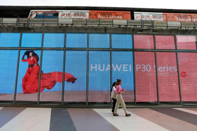 Publicité pour Huawei dans une rue de Bangkok, en Thaïlande, le 22 mai.