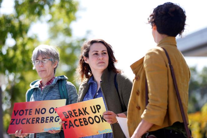 Des manifestants lors de l'assemblée annuelle des actionnaires de Facebook à Menlo Park, en Californie, le 30 mai.