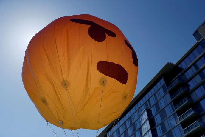 Un ballon-émoji gonflé par des manifestants devant le siège californien de Facebook lors de l'assemblée annuelle des actionnaires, le 30mai 2019.