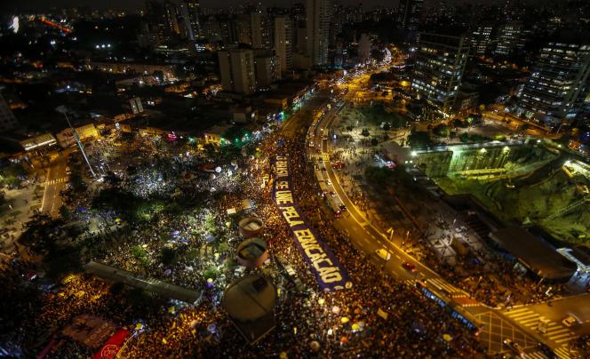 La manifestation de soutien à la défense de l'éducation publique a continué jusqu'au soir, à Sao Paulo, le 30mai, à la suite d'une série de compressions budgétaires annoncées par le gouvernement du président Jair Bolsonaro.