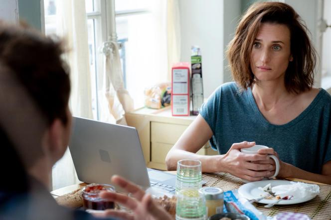 Camille Cottin reprend le rôle dela Britannique Phoebe Waller-Bridge.