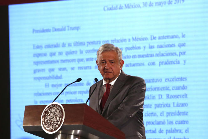 Andres Manuel Lopez Obrador, devant une copie de la lettre adressée à Donald Trump, le 31 mai à Mexico.