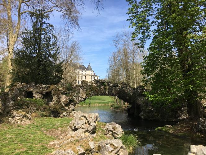 Vue du pont de Roches et du château de Méréville, dans l'Essonne.
