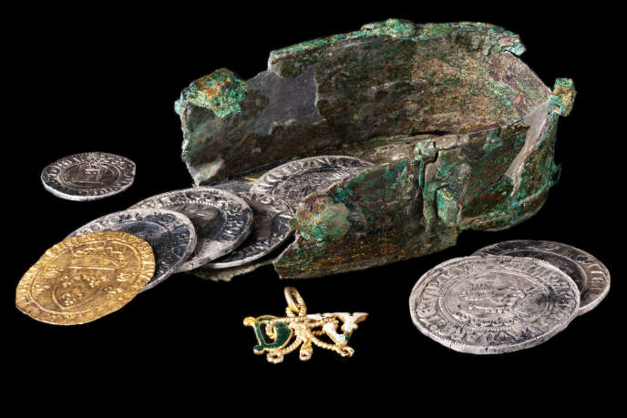 La boîte en alliage cuivreux et quelques-unes des 33 monnaies retrouvées sur le site dijonnais par une équipe de l'Inrap.