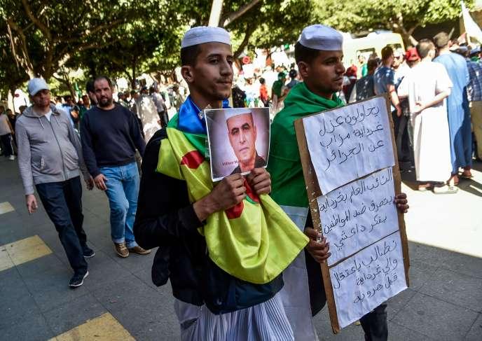 Des manifestants brandissent des portraits deKamel Eddine Fekhar à Alger, vendredi 31 mai.