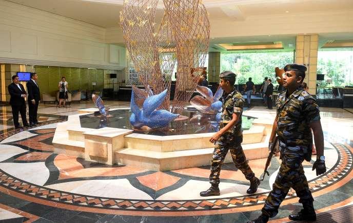 A Colombo, le 1er mai 2019, des soldats sri-lankais dans le hall du Cinnamon Grand Hotel, l'un des trois à avoir été touchés par les attentats du 21 avril ayant fait 257 morts dans le pays.