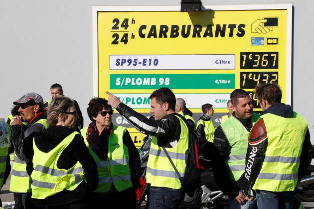 Manifestation de « gilets jaunes» contre la hausse du prix de l'essence devant une station-service àAntibes (Alpes-Maritimes), le 17 novembre 2018.