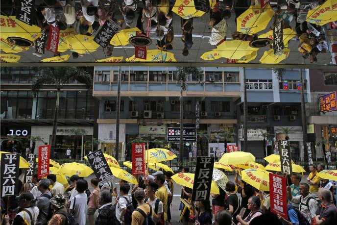 Hongkong, dimanche 26 mai, des manifestants pour la démocratie brandissent des pancartes faisant référence au 4 juin 1989,jour de la répression sanglante du mouvement étudiant sur la place Tiananmen, à Pékin.
