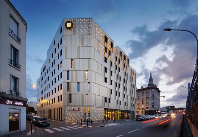 Les sept étages de l'hôtel Jo&Joe à Gentilly, conçu par l'architecte Jean-Paul Viguier, sont formés d'une structure entièrement en bois, recouverte d'aluminium anodisé.