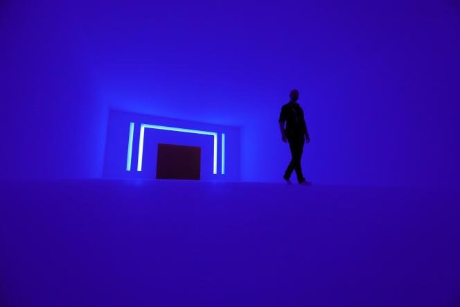 Installation de l'artiste James Turrell en lumière bleue, à Berlin, en avril 2018.