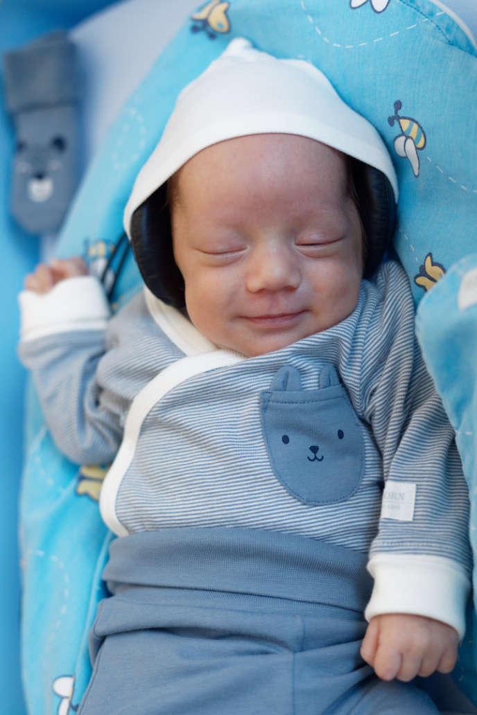 Un bébé prématuré écoute de la musique à l'Unité de néonatologie des hôpitaux universitaires de Genève (HUG).