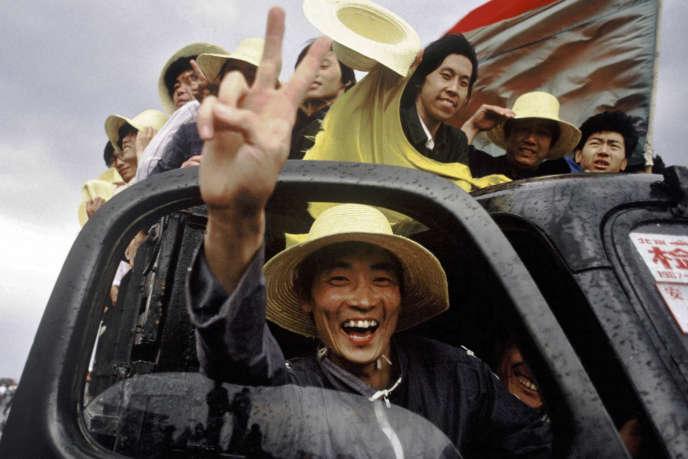 Des ouvriers sur la place Tiananmen, une image extraite du documentaire «Tiananmen, sept semaines qui ont changé le monde», de Ian MacMillanet Audrey Maurion.