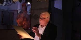 L'acteur Jacques Weber en pleine lecture dans la boucherie de Hugo Desnoyer.