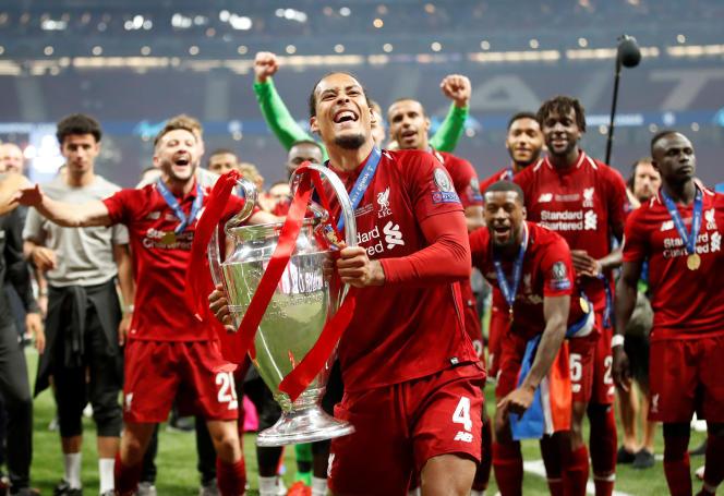Le défenseur de Liverpool Virgil van Dijk célèbre sa victoire à l'issue de la finale de la Ligue de champions.