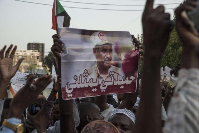 Un homme brandit le portrait d'« Hemetti» lors d'une manifestation favorable au Conseil militaire, à Karthoum, le 31 mai.