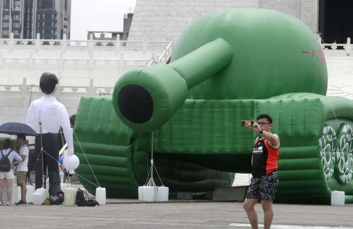 Le square de la Liberté, à Taipei (Taïwan). Une sculpture gonflable symbolise l'intervention des chars contre les manifestants pro-démocratie sur la place de Tiananmen en juin 1989.