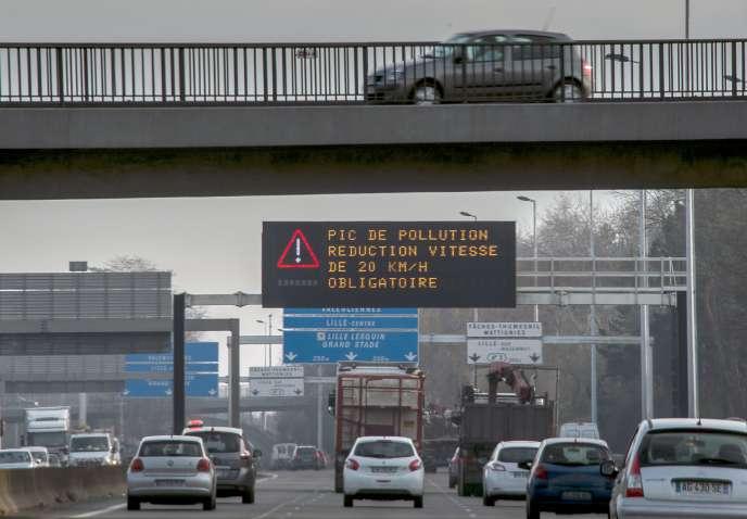 Des messages sur le périphérique de Lille demandent aux automobilistes de réduire leur vitesse en raison de la pollution, le 8 décembre 2016.