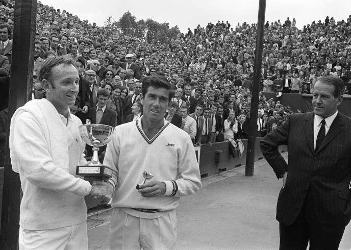 Rod Laver (à gauche), le 7 juin 1969 après sa victoire à Roland-Garros contre l'Australien Ken Rosewall.