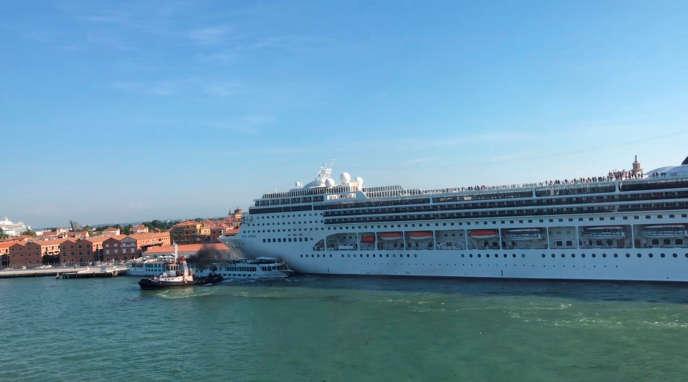 Le paquebot MSC Opera a dérivé sur plus de 500 mètres dans le canal de la Giudecca à Venise et a éperonné un bateau touristique, le 2 juin.